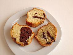 Marmorkuchen mit Öl und Mineralwasser
