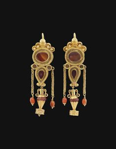 A PAIR OF GREEK GOLD AND AGATE EARRINGS | HELLENISTIC PERIOD, CIRCA 1ST CENTURY B.C.