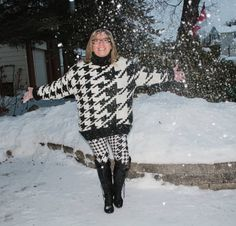 HM houndstooth sweater and leggings in the snow. When the white surrounds you, just embrace it. Small Dog Sweaters, Cool Sweaters, Winter Sweaters, Black Leather Leggings, Patterned Leggings, Colorful Leggings, Light Denim, Sweater Weather, Mauve