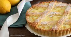 """La crostata di ricotta al limone è un dolce semplice, nel sapore e nella sua preparazione, ma davvero molto buono! Se amate i dolci """"limonosi"""" questa crostata non potete proprio perdervela. E' davvero facilissima da preparare e sparisce in un battibaleno!"""