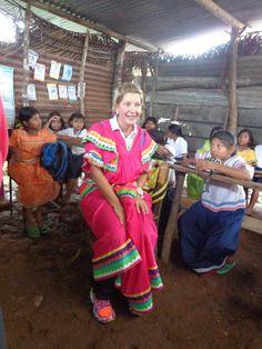 Lorena Castillo, Primera Dama de la República, visita comunidad gnäbe-buglé, vistiendo el traje cotidiano de las mujeres gnäbes.
