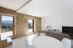 Image 39 of 47 from gallery of SH House / Paulo Martins. Photograph by ITS – Ivo Tavares Studio 1930s House Interior, Country House Interior, Country Modern Home, Old Stone Houses, Prefab Homes, Modern Buildings, Traditional House, Interior Architecture, Interior Design