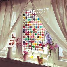 ちょっとした目隠しや入口、窓辺には欠かせないカーテン。インテリアになじむものを選びたいけれど、大きさや色などが思いどおりに見つからないことはありませんか?そんなとき、選択肢の一つにしたいのが「つくる」ということ。RoomClipユーザーさんの手作りカーテンを、ご紹介します。