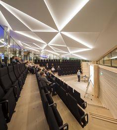 IBC Innovation Factory / SHL Architects  plafon iluminado, tipo de auditorio