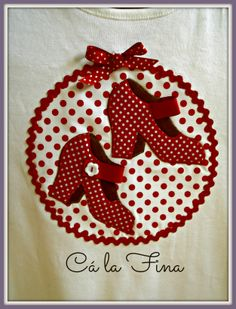 "CAMISETAS FLAMENCAS: detalle modelo ""tacones"". #camisetasflamencas #camisetaspersonalizadas #camisetasdecoradas All Holidays, T Shirt Diy, Summer Looks, Fashion Details, Bag Making, Giraffe, Party Themes, Fairy Tales, Decoupage"
