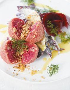 Rosarote Zeiten: Wir verpassen den saftigen Quarkknödeln noch einen Rote-Bete-Salat. Für mehr Farbe auf dem Teller und doppelt bunten Genuss.