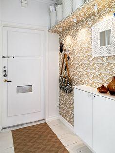 wallpaper in the entryway