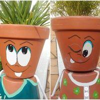 """Dans mon jardin, il y a deux gardiens. Ils veillent sur la maison et souhaitent la bienvenue aux visiteurs. Parés de couleurs vives et avec leur chevelure végétale, je vous présente mon """"petit..."""
