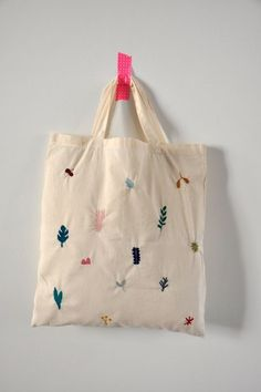 I LOVE this embroidered tote! Not a DIY, but great inspiration for a simple embroidery project Embroidery Bags, Simple Embroidery, Embroidery Stitches, Embroidery Patterns, Bag Patterns, Crochet Kawaii, Tote Bags, Purses And Bags, Jean Purses