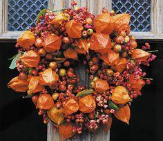Farbenfroher Herbst-Kranz Vertreibt das Grau trüber Herbsttage und bringt Farbe ins Haus: ein farbefrohes Team aus Lampionblumen, Hagebutten, Zieräpfeln und Pfaffenhütchen.