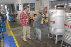 NOAN-CoFounder Richard Schweger ist bei der Ernte dabei - und auch in der Ölmühle (hier beim Fachsimpeln mit einem Bio-Bauern).