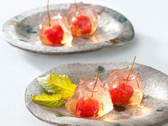 Okayama|岡山 おかやま|Wagashi| 和菓子 |宗家 源吉兆庵 |《自然シリーズ》 「さくらんぼ」のご案内  自然が育てた果実の姿・形・味わいをそのままに―。  さくらんぼをまるごとひとつ使用した果実菓子。磨き抜かれたジュエリーのように美しいぜりぃの中には、甘さすっきりと蜜漬けされたさくらんぼ。お口にした瞬間にさくらんぼの爽やかさが広がります。    ―ぜりぃの食感―  さくらんぼとぜりぃをどうしても一緒に召し上がっていただきたく、職人がこだわり抜いたのはぜりぃの食感。  なめらかなぜりぃが、さくらんぼの甘酸っぱさを引き立て、高貴な一粒に仕立てます。