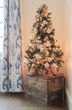 More than 50 Christmas apartment interior ideas that bring the definition of elegance to a whole new level. More than 50 Christmas apartment interior ideas that bring the definition of elegance to a w Tabletop Christmas Tree, Small Christmas Trees, Noel Christmas, Country Christmas, Christmas Crafts, White Christmas, Xmas Trees, Outdoor Christmas, Christmas Tree For Apartment