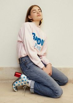Sweatshirt, denim and great boots. | LA COOL & CHIC