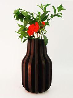 Florero hecho con 14 piezas idénticas de madera de pino contrachapada, cortada y ensambladas a mano; este patrón repetitivo crea un expresión única sin perder la funcionalidad del objeto. $799