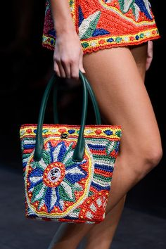 Dolce & Gabbana Spring 2013 - Crochet bag no pattern Crochet Handbags, Crochet Purses, Love Crochet, Knit Crochet, Crochet Tote, Crochet Purse Patterns, Knitted Bags, Crochet Fashion, Mode Inspiration