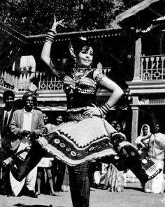Bollywood Dance : Mumtaz via enchantingnagchampa.tumblr.com/image/40533988248