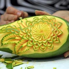 Ik kies voor dit want ik vindt het wel kunst, zo een avocado zo kunnen schillen tot je dit bekomt. Ik vindt avocado's ook heel lekker. Het is een orgineel idee met het een in een avocado te doen ipv een patat dat makkelijker is om firguren in te maken.