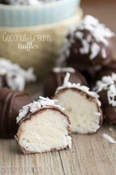 100 Best Christmas Candy Recipes Save money by making your own christmas candy this year! Homemade Christmas candy makes a great gift or addition to the Christmas dessert menu. From bark to fudge and chocolate candies, there are over a Holiday Baking, Christmas Baking, Homemade Christmas, Just Desserts, Delicious Desserts, Finger Desserts, Dessert Healthy, Finger Foods, Yummy Treats