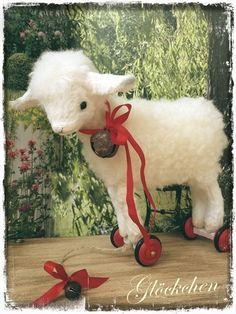 * Liebes Lämmchen GLÖCKCHEN ... Zugtier auf Rädern ... im Vintage Style ... zum Nacharbeiten * :))    Im Bastelset enthalten:    - das Schnittmüsterch