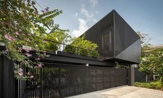 octane architect & designer has clad the k krit residence in bangkok in a façade of black unequal steel battens that ensure privacy from the public road. Feng Shui, Facade Design, House Design, Good House, Facade House, Architect Design, Green Building, Residential Architecture, Ground Floor