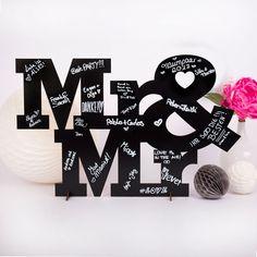 **KLEINLAUT - Manufaktur für Designschriftzüge** Dieses Gästebuch ist außergewöhnlich: der Mr & Mr Schriftzug wird ganz einfach mit zwei kleinen Stützen aufgestellt und kann direkt mit dem...