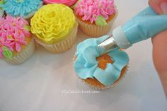 Bouquet of Cupcakes! Free pull-apart cupcake cake tutorial by My Cake School. Learn to pipe easy buttercream flowers for this fun design! Cupcakes Flores, Flower Cupcakes, Fun Cupcakes, Cupcake Cookies, Amazing Cupcakes, Cupcake Bouquets, Beautiful Cupcakes, Icing Cupcakes, Frost Cupcakes