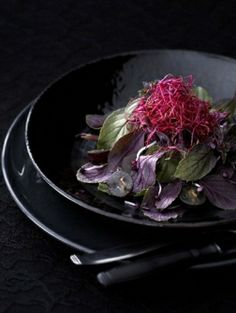 Kruidensalade met rode basilicum, ingemaakte bietjes en blauwe druiven - Recepten - Eten - ELLE   ELLE