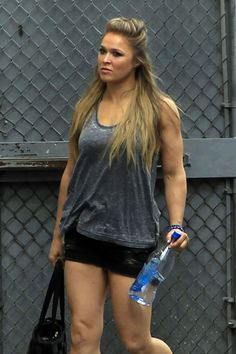 I love your hair 😁🙎 Ronda Rousey Hot, Ronda Jean Rousey, Female Mma Fighters, Ufc Fighters, Wwe Female Wrestlers, Female Athletes, Ronda Rousy, Divas Wwe, Rowdy Ronda