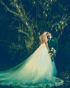 Fotos de boda en la noche Glamour, Wedding Dresses, Instagram, Fashion, Wedding Pictures, Wedding Night, Brides, Bride Dresses, Moda