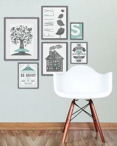 Muur collage met lijstjes met family- en art prints in de kleuren zwart wit en aqua groen