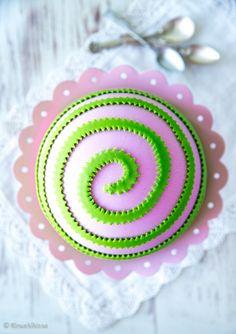 Vaniljainen pyörrekakku Pyörrekakussa kakun osaset on laitettu päälaelleen: pohjasta on tehty kakulle kuori ja täyte piileskelee sen alla. Näin muodostuu unelmaisen pyöreä pinta. Pinnan voi koristella pursotuksilla tai massalla.