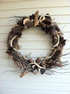a wee Meenit: Antler wreath - hot glue pinecones & wire antlers to grapevines Antler Wreath, Hunting Wreath, Driftwood Wreath, Christmas Wreaths, Christmas Crafts, Deer Horns, Deer Skulls, Antler Art, Deer Antler Crafts