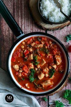 Zdrowe danie obiadowe gotowe w 20 minut. Gulasz z piersi indyka z papryką, jarmużem i ciecierzycą.