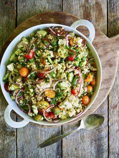 Min første ferie i Hellas er tilbakelagt – en herlig uke i byen Molyvos. Og hva spiste vi mye av? Gresk salat selvsagt! Og med gresk salat ferskt i minne har jeg laget en gresk inspirert couscoussalat. Der finner du de vanlige gjengangerne – fetaost selvsagt, tomater, agurk og løk. Så har jeg lagt til [...]Read More...The post Gresk inspirert couscoussalat appeared first on Mat På Bordet. Couscous Salad, Pasta Salad, Cobb Salad, Veggie Dinner, Summer Recipes, Vegan Recipes, Vegan Food, Side Dishes, Salads
