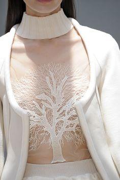 Look lindo da Amora, da novela Sangue Bom: tricô branco com transparências e bordado Gloria Coelho