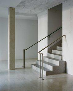 "Peter Märkli, Wohnüberbauung ""Les Hiboux"", Zürich - Atlas of Places Interior Stair Railing, Stair Handrail, Staircase Railings, Staircase Design, Stairways, Banisters, Architecture Details, Interior Architecture, Interior Design"