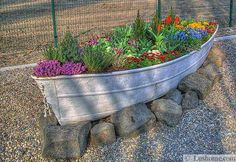 22 Landscaping Ideas to Reuse and Recycle Old Boats for Yard Decorations