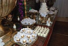 Tá vendo essa mesa de doces LINDONA? Ela foi toda decorada com as formas de doces do @ateliehart😍E eles possuem vários modelos, cores e formatos pro seu casório também! Passa lá no instagram deles pra ver mais e pedir seu orçamento. ! #ateliêhart #guiaceub #ceub #casaréumbarato #casamento #wedding #doces #forminhadedoces #docesdecasamento #formas #forminhas #delícia