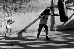 Abbas  MÉXICO. Estado de Coahuila. Monclova. Boxers treinar em um ginásio situado num pátio. 1983.