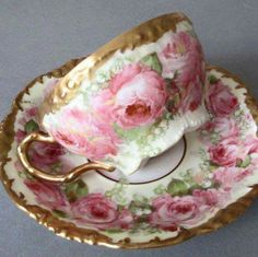 Tea cup and saucer, love the roses. Magnifico!