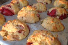 Placer la rhubarbe dans un bol et saupoudrer d'un quart de tasse (55 grammes ou 60 ml) de sucre. Laisser imprégner pendant au moins 2 heures (cette étape est facultative mais permet d'obtenir un goût moins aigrelet-acidulé)... Biscuit Cookies, Muffin Recipes, Food To Make, Brunch, Dessert Recipes, Tasty, Favorite Recipes, Snacks, Cooking