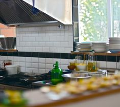 Het Bos zet haar keukendeuren open voor koksmutsen en andere culinaire liefhebbers. Iedereen met of zonder kookambities is welkom om in onze keuken voor de bezoekers te koken. Uiteraard is iedereen met of zonder honger welkom om de spijzen naar binnen te werken. interesse om te koken? info@hetbos.be