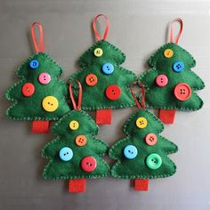couture Noël - des ornements à suspendre en forme de sapins de Noël en feutre vert et rouge, décorés de boutons