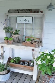 Gardening Herb potting bench from Buckets of Burlap {round up of pretty potting benches at ACultivatedNest.Com} - Having a potting bench makes working in the garden so much easier and more organized. Here's a great collection of DIY potting bench ideas. Station D'empotage, Potting Station, Unique Garden, Potting Tables, Rustic Potting Benches, Outdoor Potting Bench, Garden Benches, Outdoor Storage, Potting Sheds