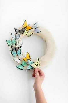 Instead of pulling that same dusty floral-topped wreath out of storage this year, try recreating our DIY Floating Butterflies Wreath for Spring! Diy Butterfly Decorations, Butterfly Crafts, Rainbow Butterfly, Diy Wedding Projects, Diy Craft Projects, Diy Wreath, Burlap Wreath, Borboleta Diy, Paper Butterflies