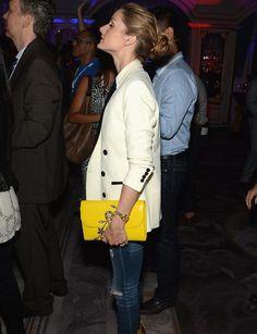 Hingucker: Olivias knallgelbe Tasche ist ein echtes Highlight