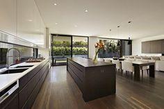 La cocina es grande. Está en el primer piso.