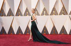 Pin for Later: Die 40 besten Fotos der Oscars  Rachel McAdams überraschte mit einem freizügigen Kleid.