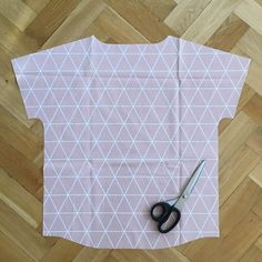 Sewing the upper part with passé Upper part with passe Instructions: Sewing the upper part with … - Nahen Knitting Projects, Sewing Projects, Diy Kleidung Upcycling, Man Quilt, Kids Outfits, Boho Outfits, Pet Bottle, Textiles, Knitted Headband
